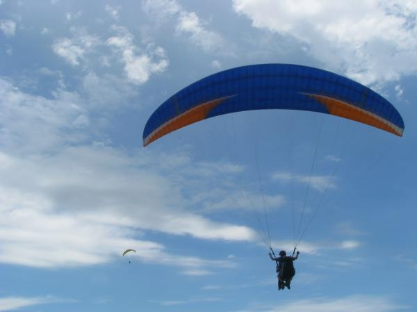 Vešti instruktori jedrenja nebom, spremni su da edukuju zainteresovane turiste na Kamenoj Gori.